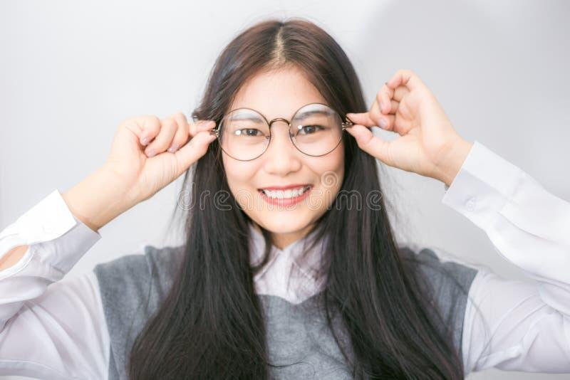 Portreta młodego azjatykciego głupka biznesowa kobieta z modnisiów szkieł cl zdjęcie stock