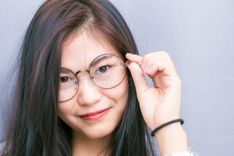 Portreta młodego azjatykciego głupka biznesowa kobieta z modnisiów szkieł cl zdjęcie royalty free
