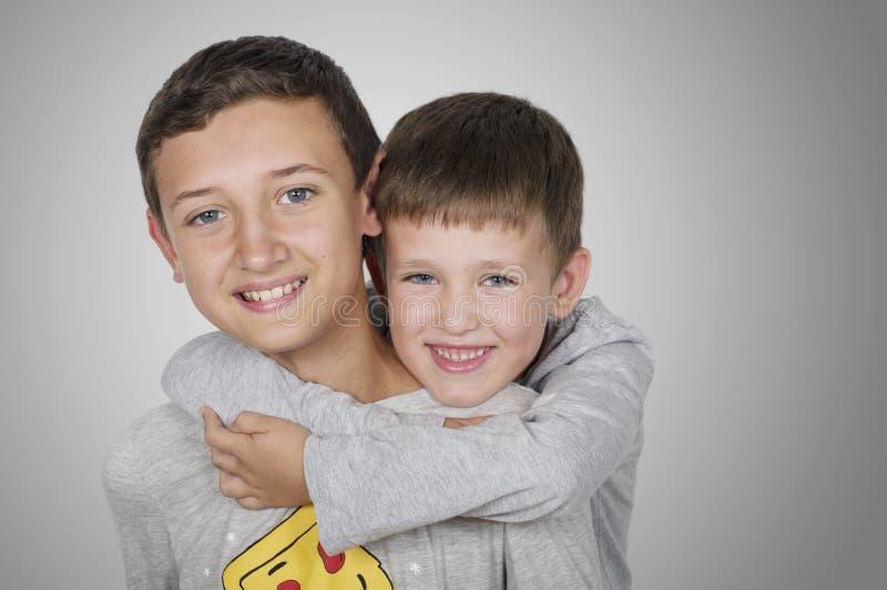 Portreta młodszego brata przytulenia starsza osoba fotografia royalty free
