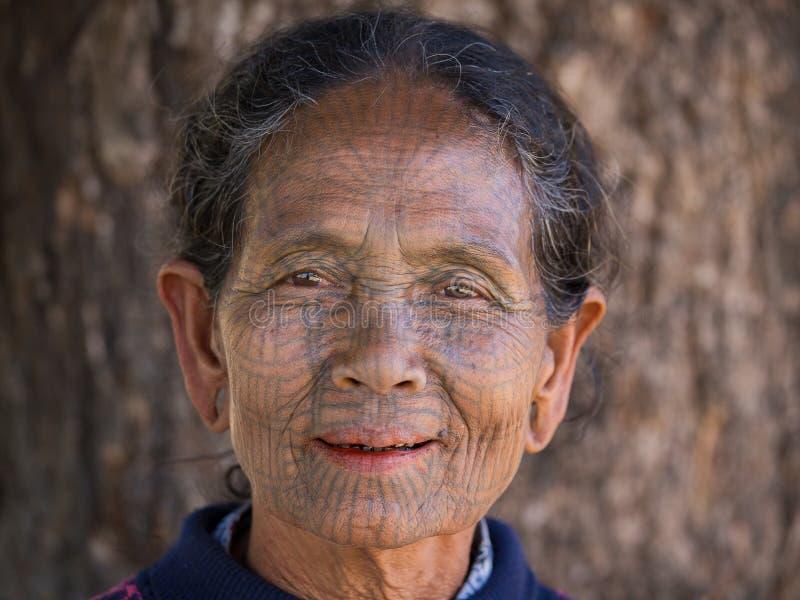 Portreta podbródka plemię tatuująca kobieta Mrauk U, Myanmar zdjęcie stock
