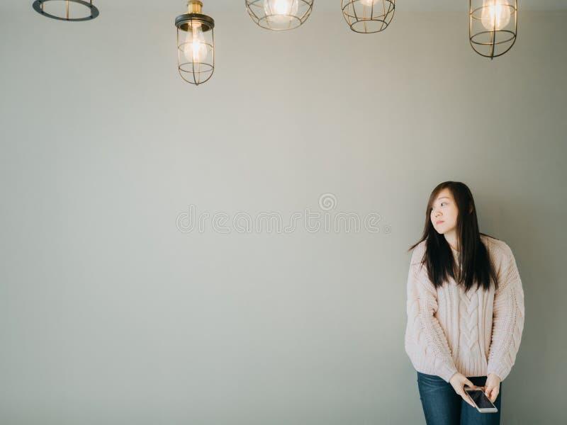Portreta pojęcie od dziewczyny w dziewiarskim pulowerze przy miejscem pracy i fotografia royalty free
