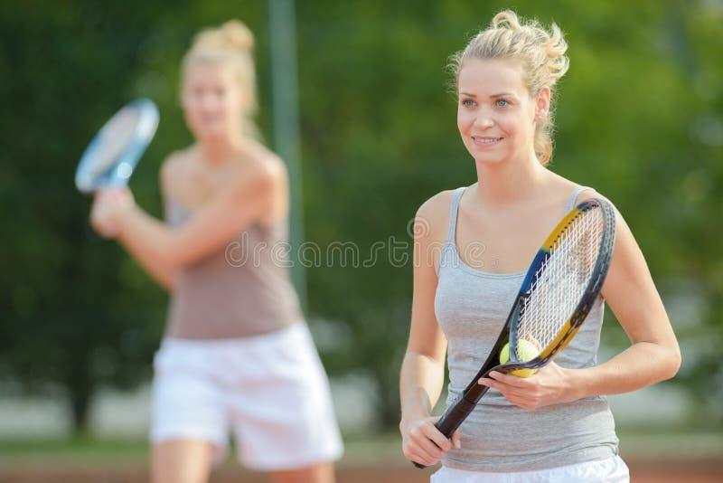Portreta pozytywny uśmiechnięty fachowy żeński gracz w tenisa zdjęcie stock