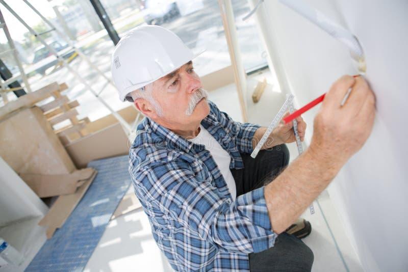 Portreta pracownika writing na papierze obrazy stock