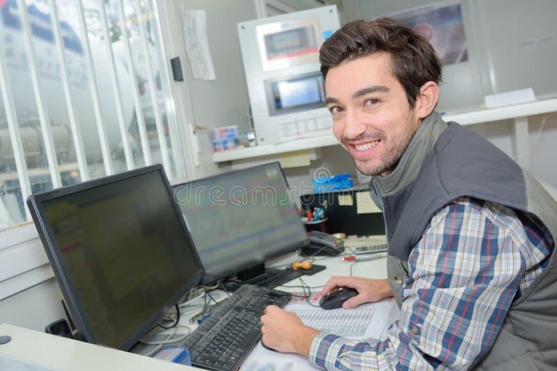 Portreta ręczny pracownik używa komputer zdjęcia stock
