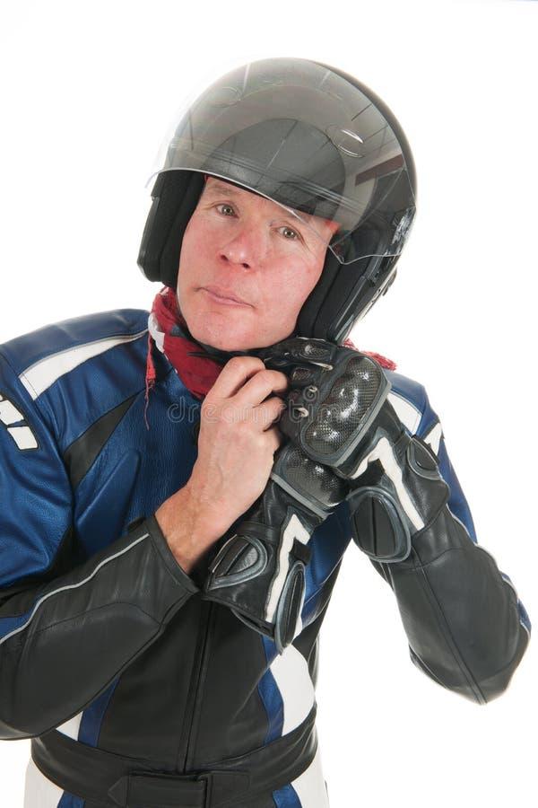 Portreta rowerzysty motorowy kładzenie na jego hełmie fotografia stock