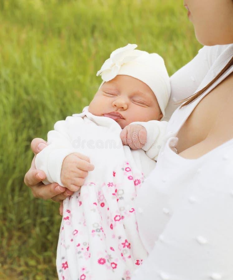 Portreta sen słodki dziecko na rękach matka obraz stock