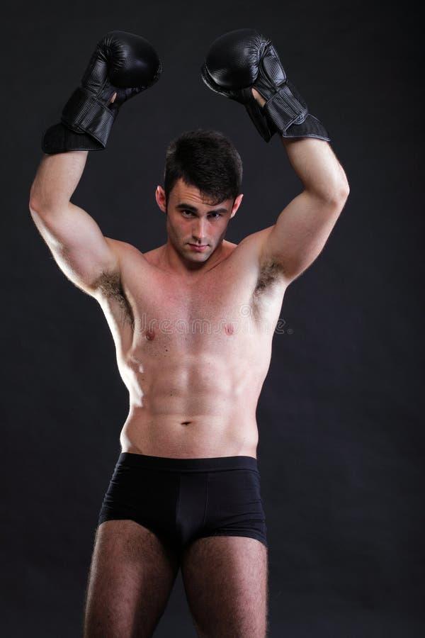 Portreta sportowa bokser w pracownianym ciemnym tle zdjęcie stock
