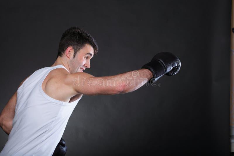 Portreta sportowa bokser w pracownianym ciemnym tle fotografia stock