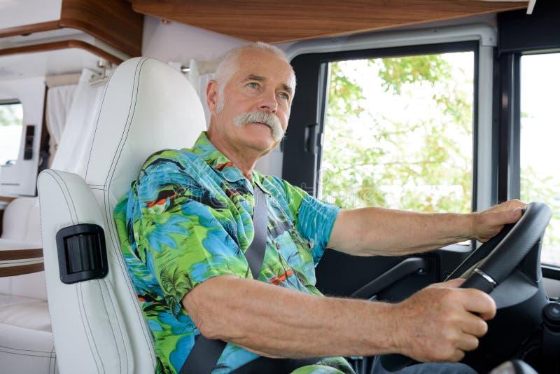 Portreta starszego mężczyzny napędowy samochód dostawczy zdjęcie stock