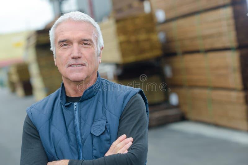 Portreta starszy tartaczny pracownik w jardzie fotografia royalty free