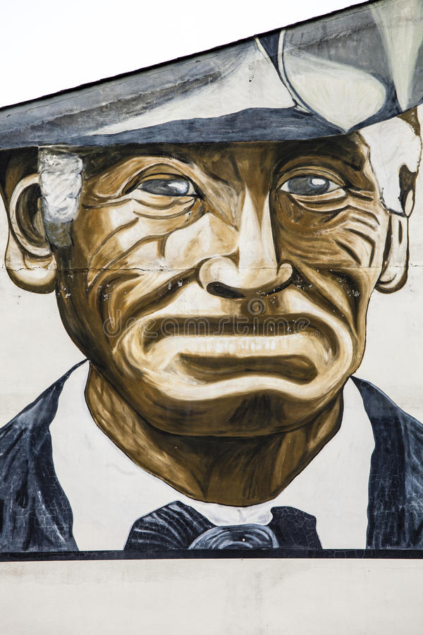 Portreta stary dorosły z kapeluszem, rysującym na ścianie w losie angeles Vella, Andorra