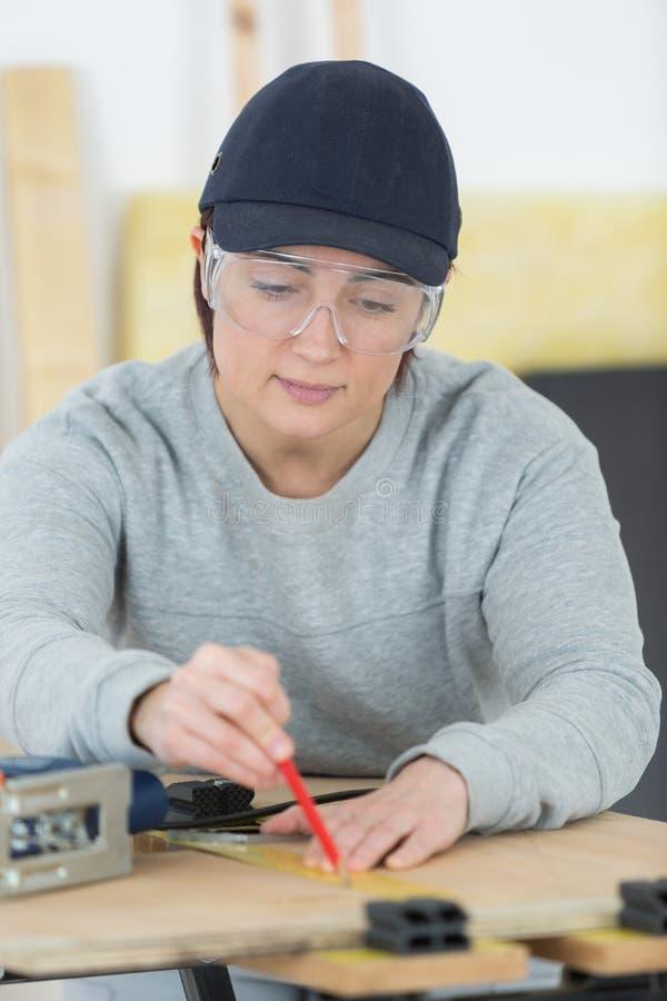 Portreta szczęśliwy żeński woodworker projektuje nowego projekt przy warsztatem fotografia stock