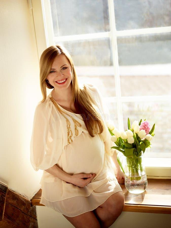 portreta szczęśliwy kobieta w ciąży fotografia royalty free