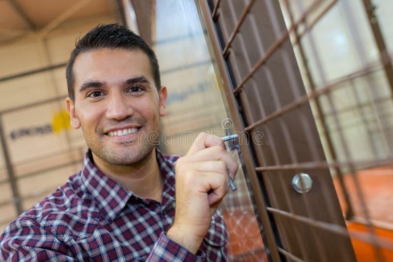 Portreta szczęśliwy mężczyzna podczas gdy wchodzić do nowego dom fotografia stock