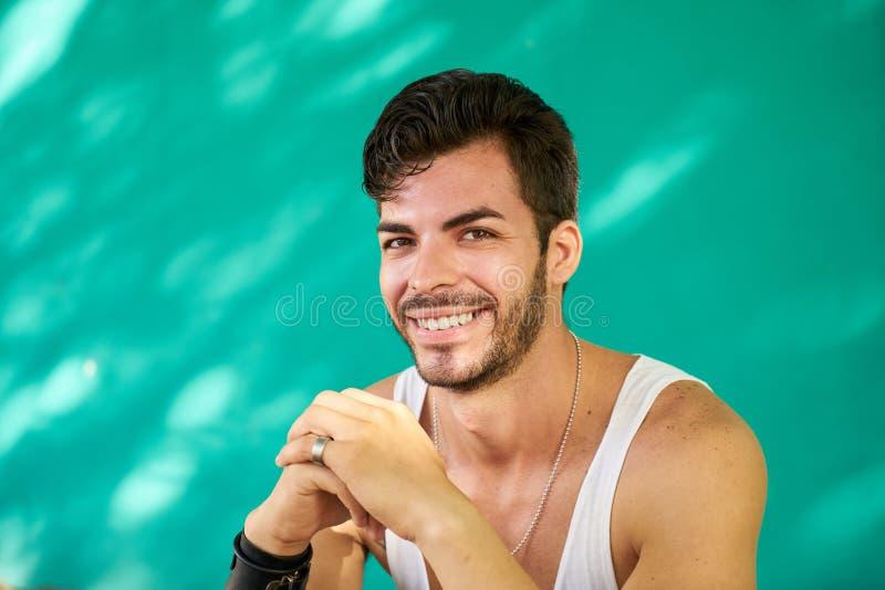 Portreta Szczęśliwy Młody Latynoski mężczyzna Z brody ono Uśmiecha się zdjęcia royalty free