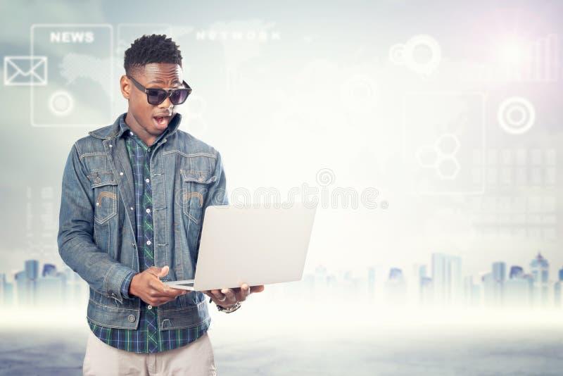 Portreta szczęśliwy pomyślny młody człowiek z laptopem obraz royalty free