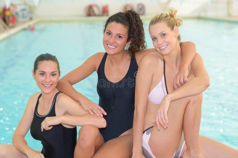 Portreta trzy damy pływackim basenem obraz stock