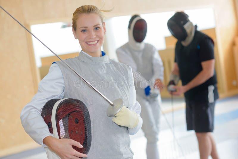 Portreta uśmiechnięty żeński szermierz fotografia royalty free