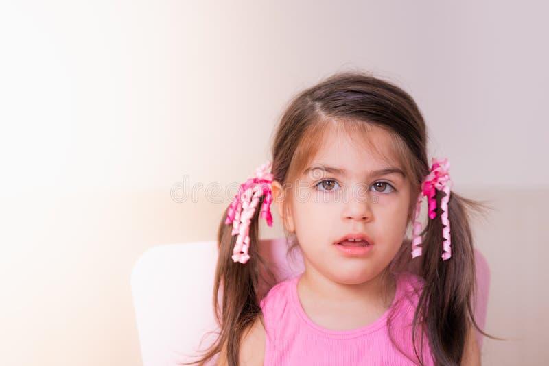 Portreta widok śliczna dziewczyna z zmieszanym wyrażeniem fotografia royalty free