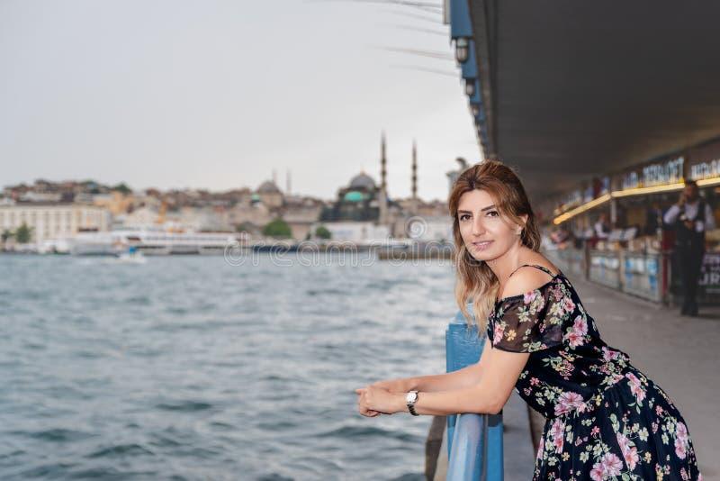 Portreta widok piękny kobieta podróżnik obrazy stock