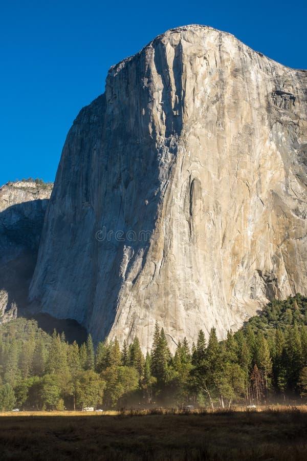 Portreta widok zadziwiający El Capitan od jar podłogi przy Yosemite parkiem narodowym, usa przeciw pięknemu jaskrawemu niebieskie obrazy royalty free