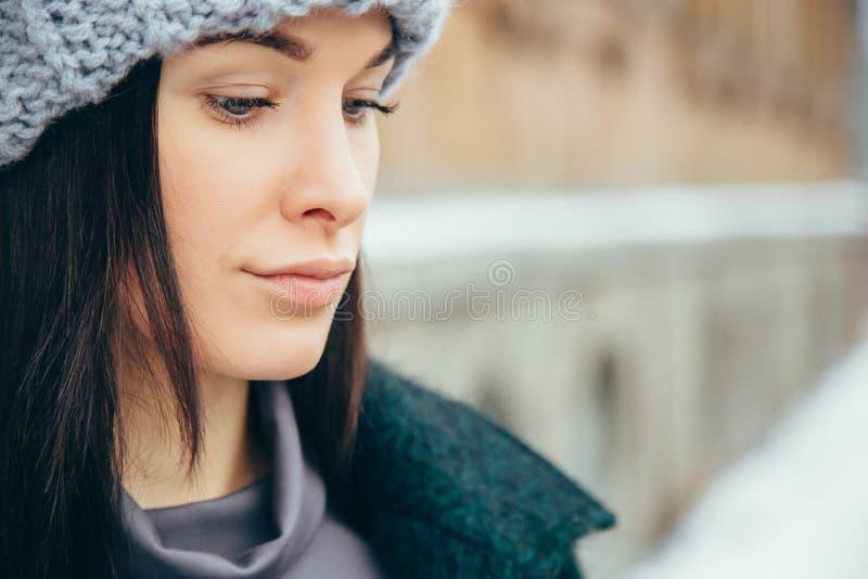 portreta zima kobiety potomstwa Piękna Młoda Uśmiechnięta dziewczyna w jej zimy Ciepłej odzieży zdjęcia stock