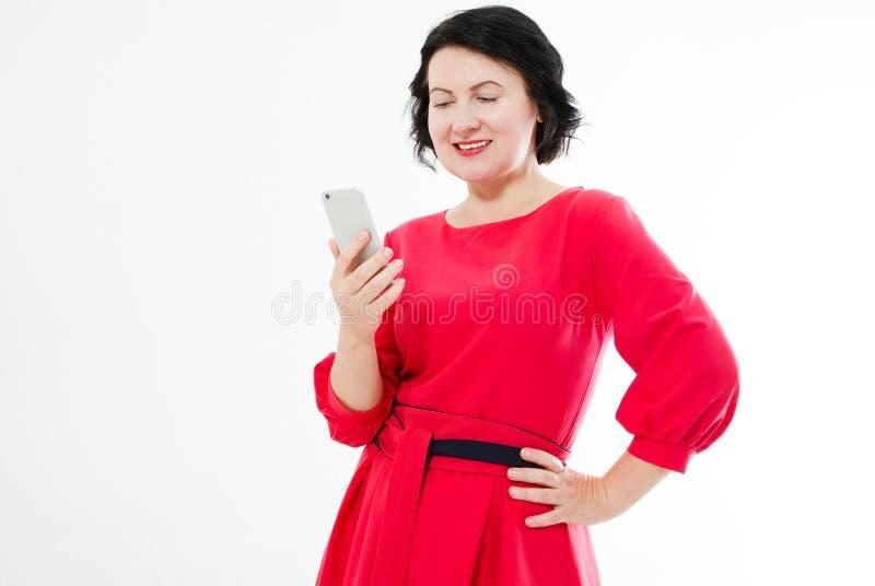 Portretbrunette in rode kleding die Ñ  het gesprek van de hoedentekst hebben en telefoon houden royalty-vrije stock foto's