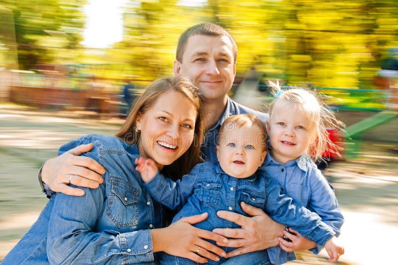 Portretfamilie in carrousel royalty-vrije stock afbeeldingen