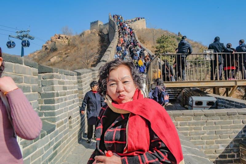 Portretfoto van Hogere Aziatische vrouwen met de de Chinese mensen of toerist die van Unacquainted in Grote Muur van China bij de royalty-vrije stock afbeeldingen