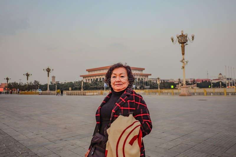 Portretfoto van Hogere Aziatische vrouwenreiziger op Tiananmen-Vierkant in de stad van Peking royalty-vrije stock afbeelding
