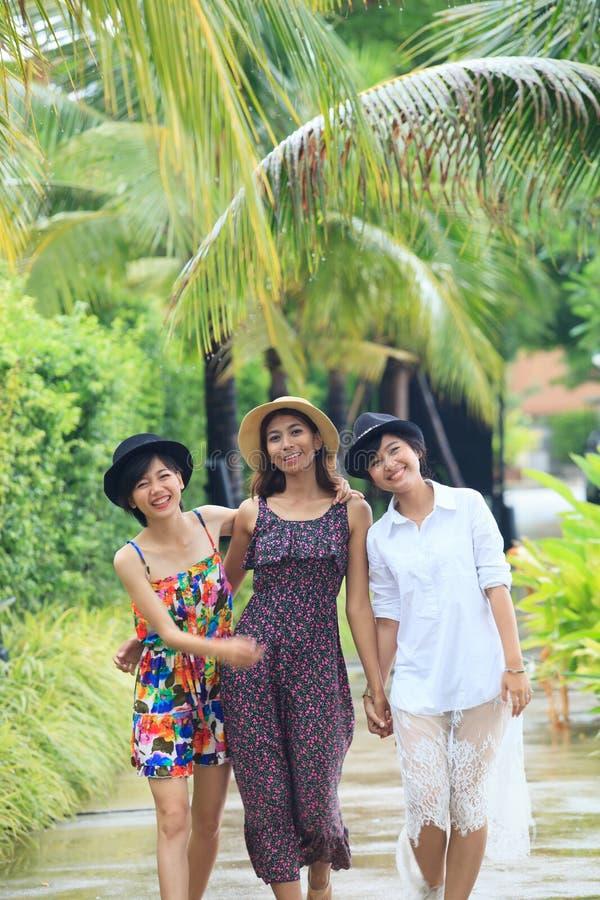 Portretgroep het Aziatische jonge vrouwenvriend lopen in park met royalty-vrije stock afbeelding