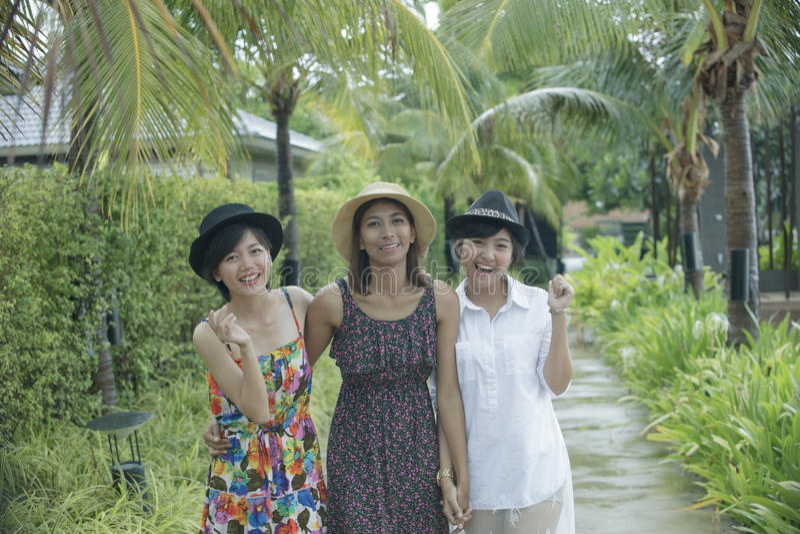 Portretgroep het Aziatische jonge vrouwenvriend lopen in park met stock foto
