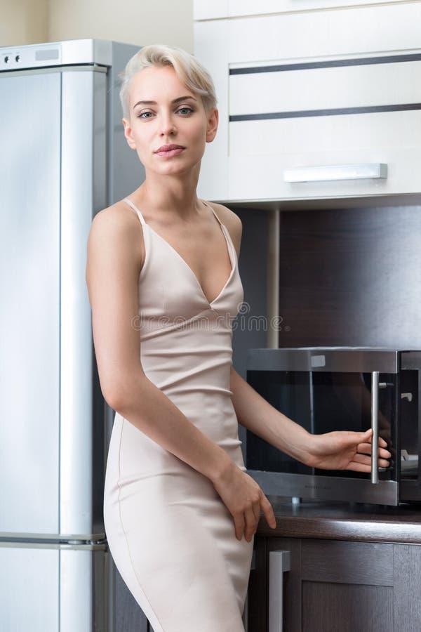 Portrethuisvrouw in moderne keuken royalty-vrije stock foto
