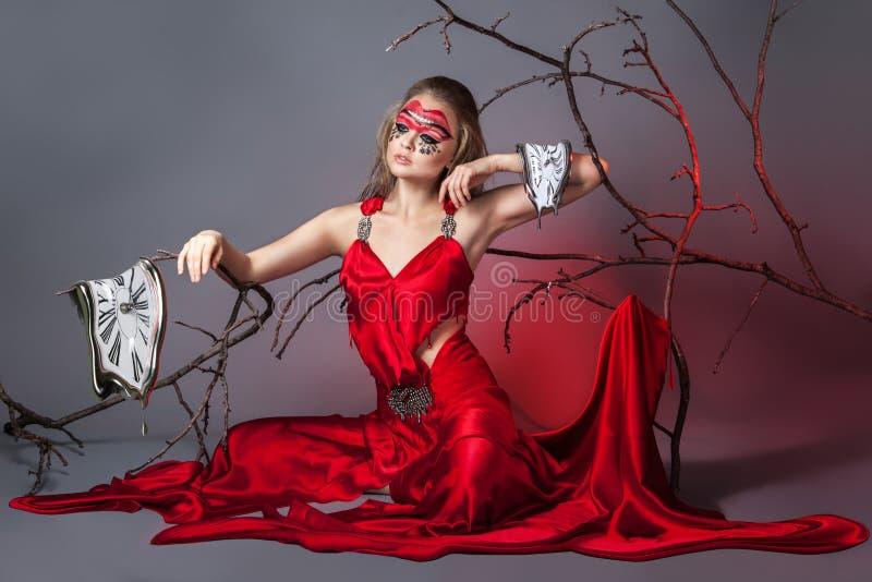 Portretmeisje met creatieve samenstelling Het concept het lekken tijd royalty-vrije stock fotografie