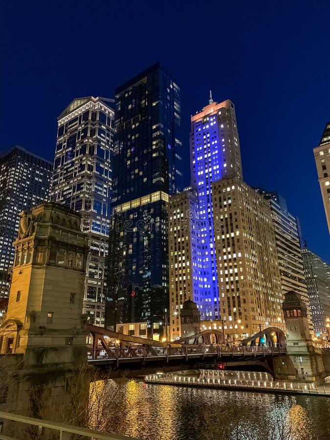 Portretmening van de Lijn van Chicago bij nacht met blauwe lichten wordt verlicht dat stock foto