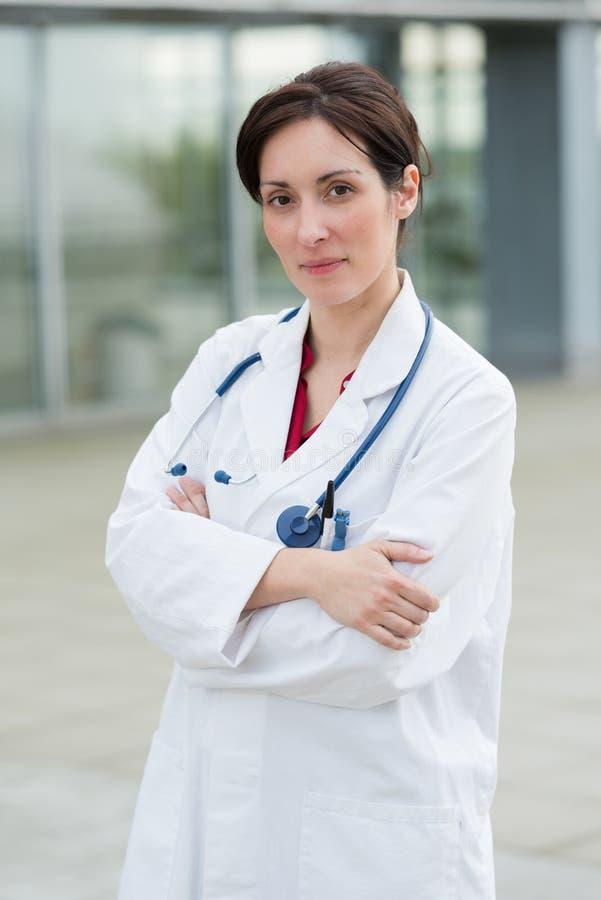 Portretowa kobieta-lekarz stojąca przed szpitalem obrazy royalty free