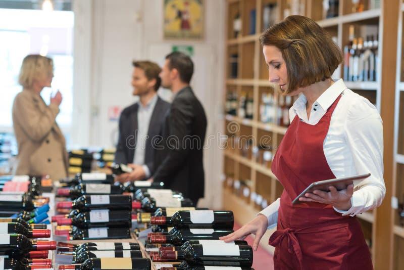 Portretowy uśmiechający się pracownik w sklepie z winami fotografia stock