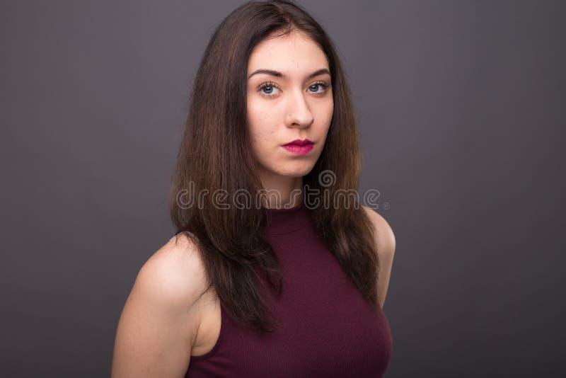 Portretten mooi meisje in de studio stock foto's