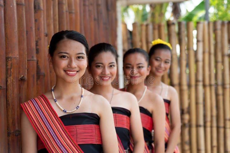 Portretten van de jonge meisjes van Kadazan Dusun in traditionele kledij royalty-vrije stock afbeeldingen