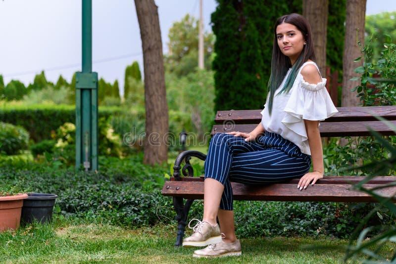 Portretten van een mooi jong meisje in een groene tuin royalty-vrije stock afbeeldingen