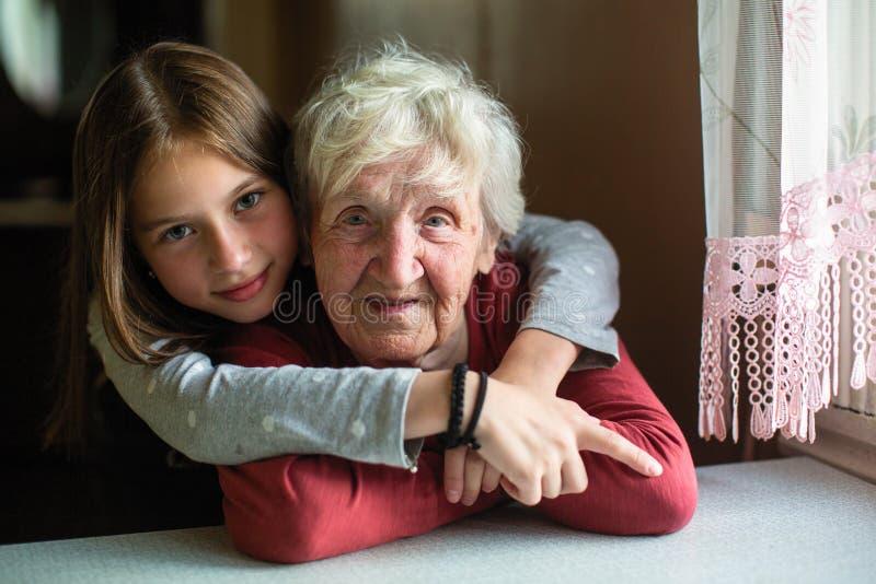 Portretten van het meisje en haar oude grootmoeder Liefde royalty-vrije stock fotografie