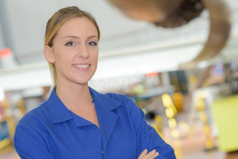 Portretvrouw in blauw het werkjasje royalty-vrije stock foto's