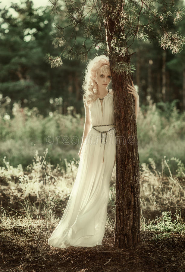 Portretvrouw in bos stock afbeeldingen