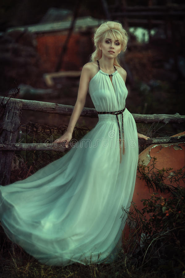 Portretvrouw in bos royalty-vrije stock foto's