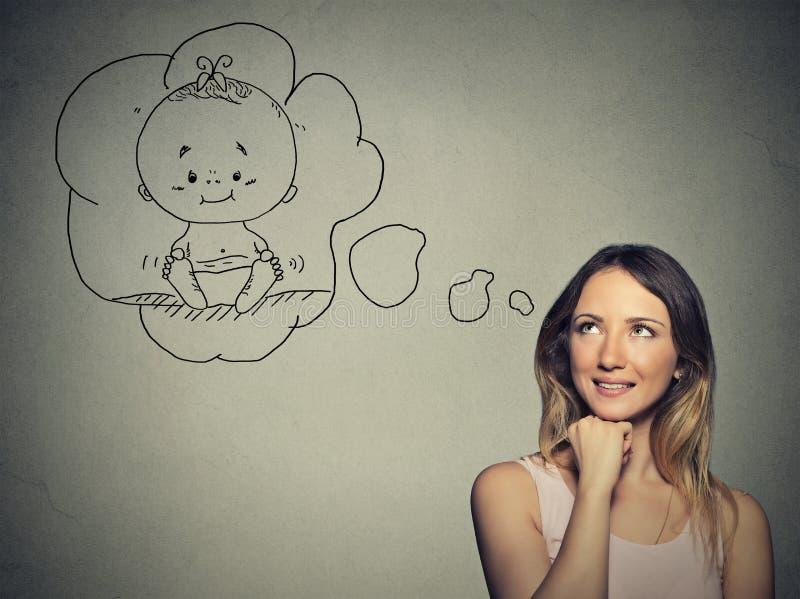 Portretvrouw die het dromen van een kind denken stock foto
