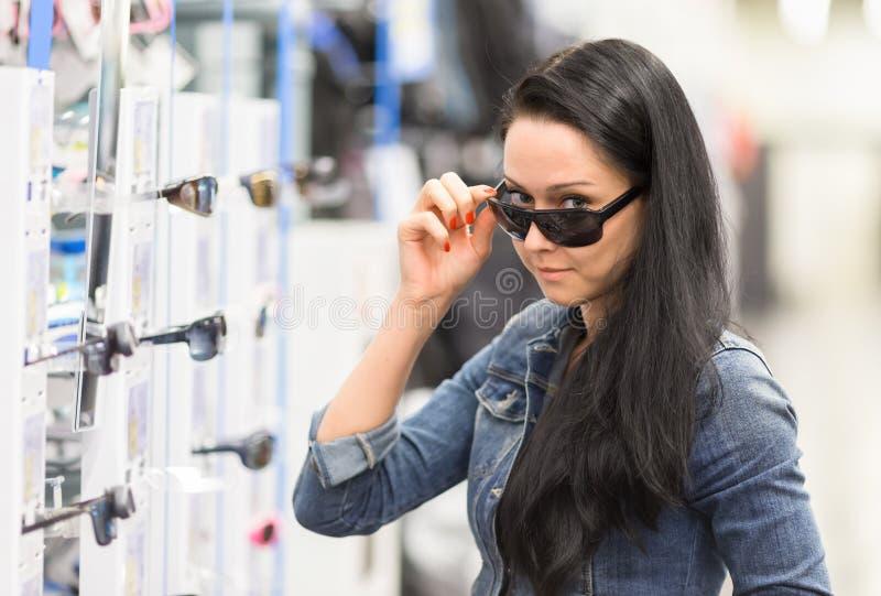 Portretvrouw in het winkelen Zonnebril stock afbeelding