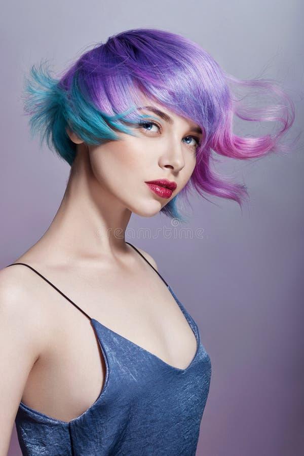 Portretvrouw met helder gekleurd vliegend haar, alle schaduwen van purple Haarkleuring, mooie lippen en make-up Haar het fladdere royalty-vrije stock foto
