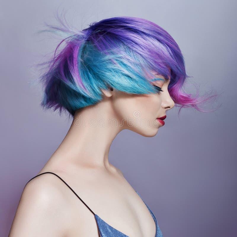 Portretvrouw met helder gekleurd vliegend haar, alle schaduwen van purple Haarkleuring, mooie lippen en make-up Haar het fladdere stock foto