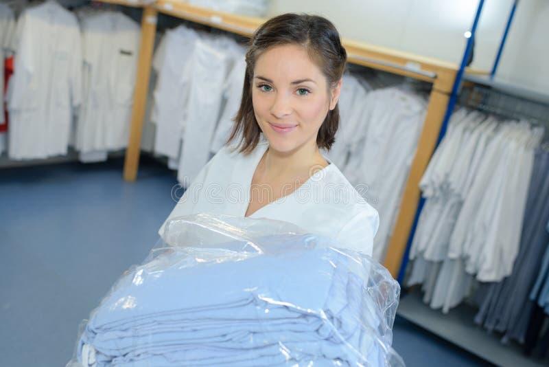 Portretvrouw met witgewassen uniformen royalty-vrije stock fotografie