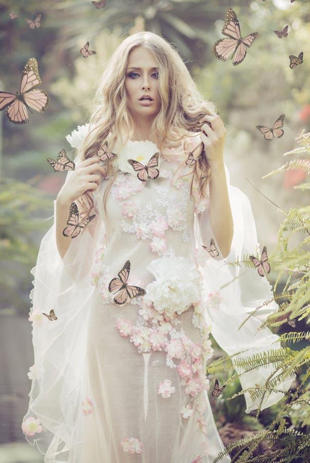 Portrhe junge Dame unter den Fliegenschmetterlingen lizenzfreie stockbilder
